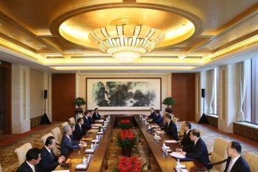 北京の魚釣島迎賓館で16日、自民党の二階幹事長と習近平国家主席が会談(WU HONG/AFP/Getty Images)