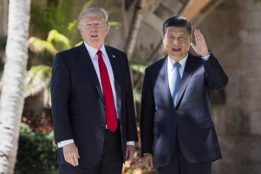 朝鮮半島の緊張緩和策として、米中は「アメとムチ」政策を講じているとみられる。4月、フロリダ州にあるドナルド・トランプ米大統領の別荘で米中首脳が会談(JIM WATSON/AFP/Getty Images)