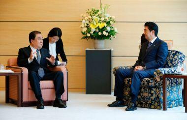 安倍晋三首相は18日午前、総理官邸で、来日した文在寅(ムン・ジェイン)大統領の特使である同国与党「共に民主党」の文喜相(ムン・ヒサン)元国会副議長と会談した。(TORU HANAI/AFP/Getty Images)