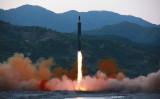 中国ネットユーザ、米国に「金正恩政権転覆」を呼びかけ 。北朝鮮国営メディアが公開した、14日に発射されたとみられる弾道ミサイル(STR/AFP/Getty Images)