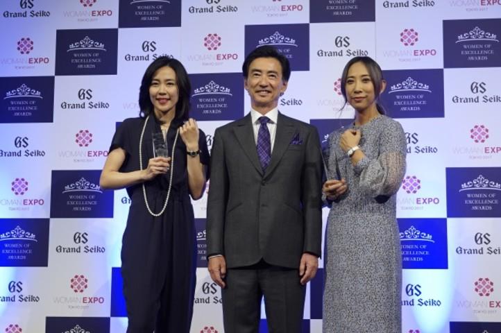 写真左より木村佳乃、セイコーウオッチ 代表取締役会長兼CEOの服部真二、蜷川実花(キョードーメディアス)