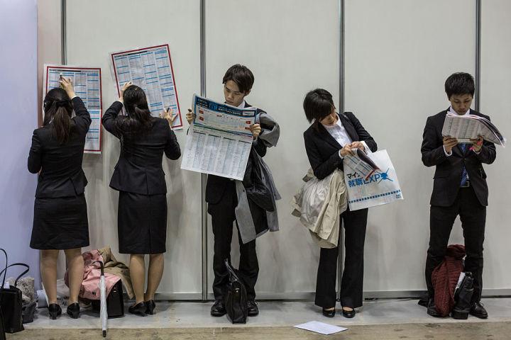 大学生の就職率、過去最高水準になった。2015年3月、就職活動イベントに参加した学生たち(Chris McGrath/Getty Images)