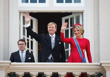 気さくなオランダ国王は21年間も民間機のパイロットを務めた。2014年、王宮のバルコニーから手を振るウィリアム王と王妃(Getty Images)