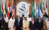 イスラム教国55カ国との首脳級会合「米アラブ・イスラム・サミット」がサウジアラビアの首都リヤドで開かれた。参加した米トランプ大統領、サウジアラビア王国、ヨルダン国王、エジプト大統領らと並ぶ(MANDEL NGAN/AFP/Getty Images)