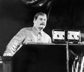 レーニンも「非情な男」と呼んだ独裁者スターリン。1937年、モスクワで演説(AFP/Getty Images)