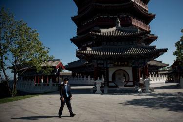 「一帯一路」サミットが開かれた北京の雁栖国際センター周辺で警備する保安スタッフ(NICOLAS ASFOURI/AFP/Getty Images)
