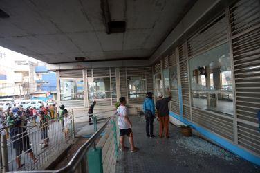 テロ攻撃を受け爆発したバスターミナル(ADEK BERRY/AFP/Getty Images)