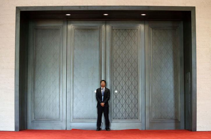 5月15日、中国政府主導のサミット「一帯一路」の会場外で、参加者をまつメディア(Thomas Peter - Pool/Getty Images)