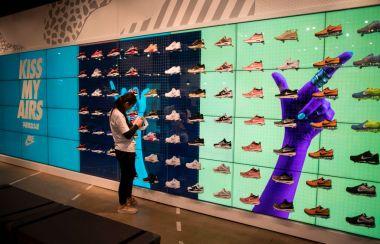 最近、中国最大規模のニセ靴工場が摘発された。上海のナイキの正規店舗で品物を管理するスタッフ(GettyImages)