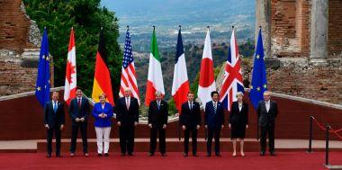 伊シチリアのタオルミーナで5月26日、G7サミットが開かれた。各国首脳らは古代ギリシャ劇場で撮影。左から、ドナルド・タスク欧州理事会議長、加ジャスティン・トルドー首相、独アンゲラ・メルケル首相、米ドナルド・トランプ大統領、伊パオロ・ジェンティローニ首相、仏エマニュエル・マクロン大統領、日本の安倍晋三首相、英テリーザ・メイ首相、ジャン=クロード・ユンケル欧州委員会委員長(Philippe Wojazer/AFP/Getty Images)
