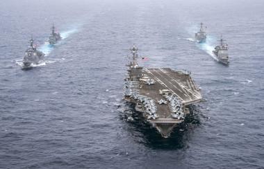 日本の護衛艦を引き連れフィリピン沖を巡航する米国空母カールビンソン、米国空母打撃群の戦闘力は中国のそれとは比べ物にならない( Mass Communication Specialist 2nd Class Sean M. Castellano/U.S. Navy via Getty Images)