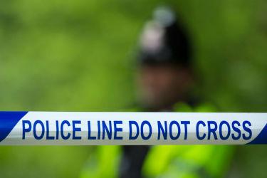 外務省は24日、テロ事件が続発する欧州在住者に注意喚起した。英マンチェスターのアリーナで、テロ事件にかかわっとされる容疑者宅の近くに貼られた警察による、立ち入りを制限するテープ( JON SUPER/AFP/Getty Images)