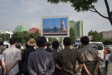 平壌で22日、大型スクリーンに表示された北朝鮮メディアの番組で、弾道ミサイルの発射を報じる(KIM WON-JIN/AFP/Getty Images)