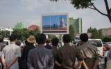 平壌で5月22日、大型スクリーンに表示された北朝鮮国営メディアの番組では、弾道ミサイルの発射を報じた(KIM WON-JIN/AFP/Getty Images)