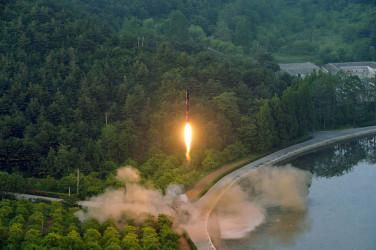29日未明、北朝鮮は今年4回目となるミサイル実験を行った。30日に北朝鮮国営メディアが明かした同ミサイルの映像の静止画(STR/AFP/Getty Images)