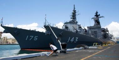 米海軍は2018年のリムパックに中国を招待した。2012年、リムパックに参加するため米真珠湾に到着したイージス艦「みょうこう」と砕氷艦「しらせ」(Kent Nishimura/AFP/GettyImages)