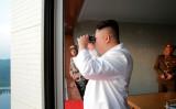 30日に北朝鮮国営メディアが報じた、29日早朝のミサイル実験を朝鮮労働党委員長・金正恩氏(STR/AFP/Getty Images)