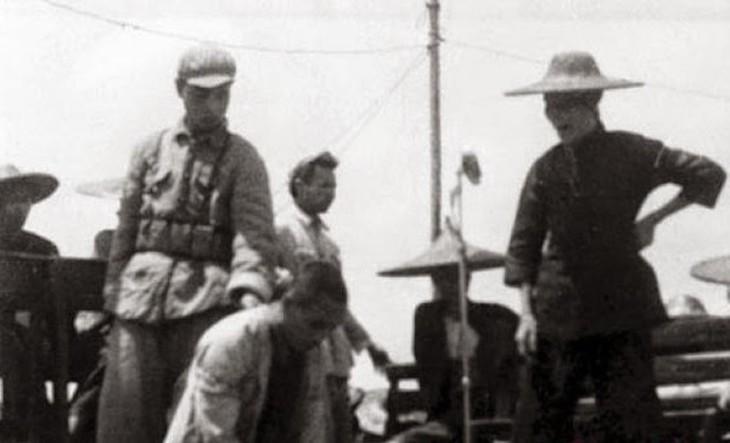1940年代の土地改革運動で、共産党員に罵倒される地主や富豪(public domain)