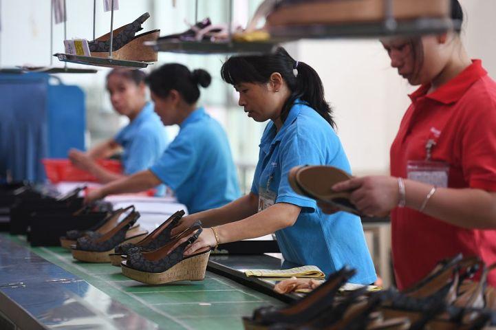 中国江西省と広東省のブランド靴工場を調べた米団体員3人が、拘束されたり消息不明になったりしている。2016年8月、米ブランド「コーチ(coach)」の靴を受託生産する東莞市にある工場(GREG BAKER/AFP/Getty Images)