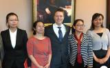 米議会幹部(中)と面会した中国人権弁護士らの妻、陳桂秋さん(左2)(RFA)