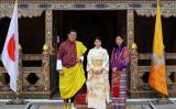 ブータン王宮で国王夫妻と面会する眞子さま。(AFP PHOTO/ROYAL OFFICE FOR MEDIA BHUTAN)