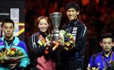 ドイツで開催された世界卓球選手権で金メダルを獲得したダブルスの吉村真晴選手と石川佳純選手のペア(PATRIK STOLLARZ/AFP/Getty Images)