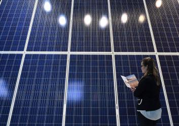 2017年6月、ドイツのミュンヘンで開かれた太陽ソーラーパネルの展示会(CHRISTOF STACHE/AFP/Getty Images)