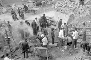 中国「覇権国家論」を掲げるメディアは、暴力的イデオロギーに固執する共産党政権を擁護するのを、改めるべきではないだろうか。1958年の大躍進政策で、建築作業に従事させられる中国国民(JACQUET-FRANCILLON/AFP/Getty Images)