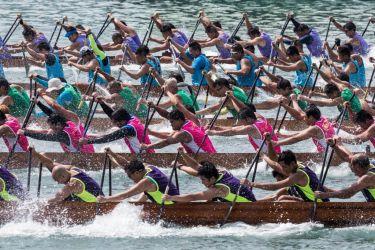 端午節に合わせて、香港のビクトリア港でドラゴンボール(DALE DE LA REY/AFP/Getty Images)