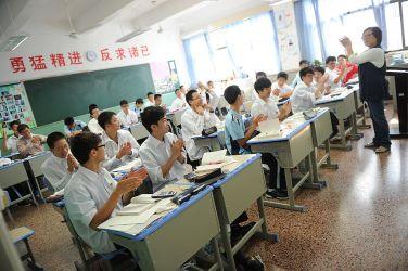 正直な子と嘘をつく子、日中の教育の違いから。2012年、上海市内の高校で授業を受ける生徒たち(PETER PARKS/AFP/Getty Images)