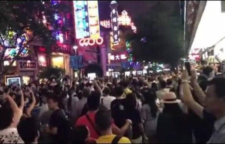 中国上海繁華街で市民らが抗議活動、住宅政策に不満(ネット写真)