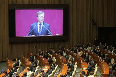 6月12日、韓国国会で演説する文在寅大統領(AHN YOUNG-JOON/AFP/Getty Images)