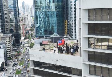 6月14日、パナマ・シティのビルで台湾大使館員らにより、台湾国旗が取り下げられた(GettyImages)
