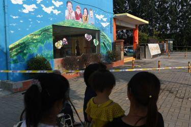 6月16日、江蘇省徐州市豊県の爆発事件が起きた幼稚園の近くに集まる近隣住民(GREG BAKER/AFP/Getty Images)