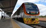 中国資本の長距離鉄道SGRが5月31日に開通、巨額債務かかえるケニア(TONY KARUMBAAFPGetty Images)