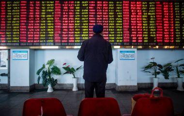 中国当局 投資家を5段階評価へ、「個人投資家を株市場から追い出すため」か。6月、上海の株価情報を表示する電光掲示板と投資家(JOHANNES EISELE/AFP/Getty Images)