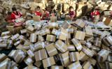 バブル化した「淘宝村」、一部ではネットショップが相次いで閉鎖。2016年11月、江蘇省連雲港市の運送会社倉庫で通販サイトからの取引品を梱包する従業員(STR/AFP/Getty Images)