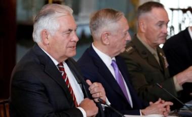 米中両政府はワシントンで初の外交・安全保障対話を開き、北朝鮮の核・ミサイル問題について協議した。写真はレックス・ティラーソン米国務長官(左)とジェームズ・マティス米国防長官(中央)(Reuters/Aaron P. Bernstein)