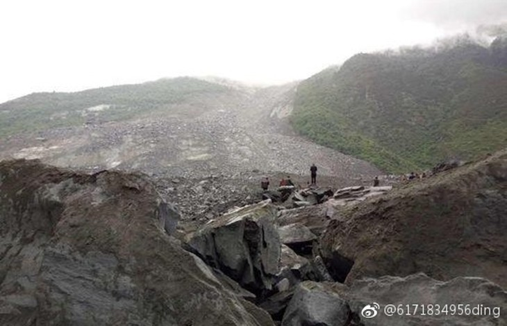 中国・四川省で6月24日、大規模な土石流が発生し、村全体のみこんだ。(微博ユーザ転載)