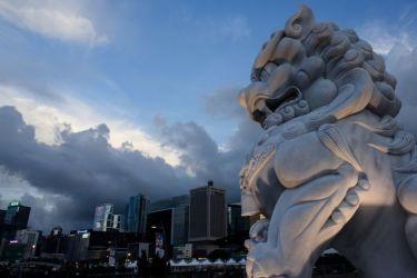 香港の中心部・金鐘(アドミラルティ)に立つライオン像(ANTHONY WALLACE/AFP/Getty Images)