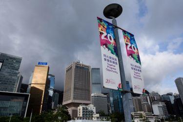 「返還20周年」のバナーが掲げられる香港の街中、6月27日撮影。習近平中国国家主席が6月29日から7月1日まで訪港する(ANTHONY WALLACE/AFP/Getty Images)