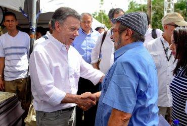 握手を交わすサントス大統領とロドリゴ・ロンドーニオ氏(@JuanManSantos)