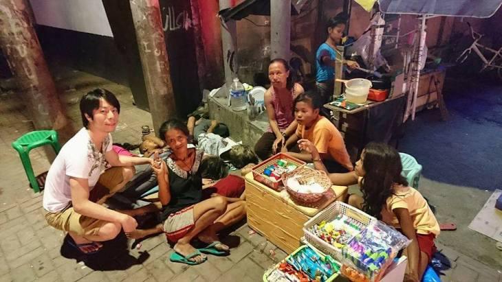 ホームレスの家族と一緒に写るたかしさん(Facebook   Takashi Castillo)