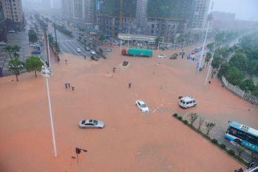 7月2日、湖南省の長沙市で、冠水した道路(STR/AFP/Getty Images)