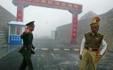 中国とインド間の国境で、緊張が高まっている。両国国境近くの兵士たち(AFP/Getty Images)