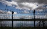 中朝間に貼られたフェンス(Kevin Frayer/Getty Images)