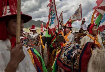 青海省玉樹チベット族自治州で2015年7月、伝統の行事に臨むチベット族たち(Kevin Frayer/Getty Images)