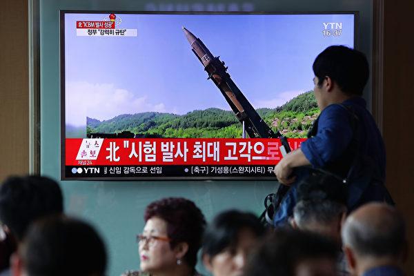 北朝鮮は4日朝、大陸間弾道ミサイルを発射。写真は報道を見ている韓国市民。(Chung Sung-Jun/Getty Images)