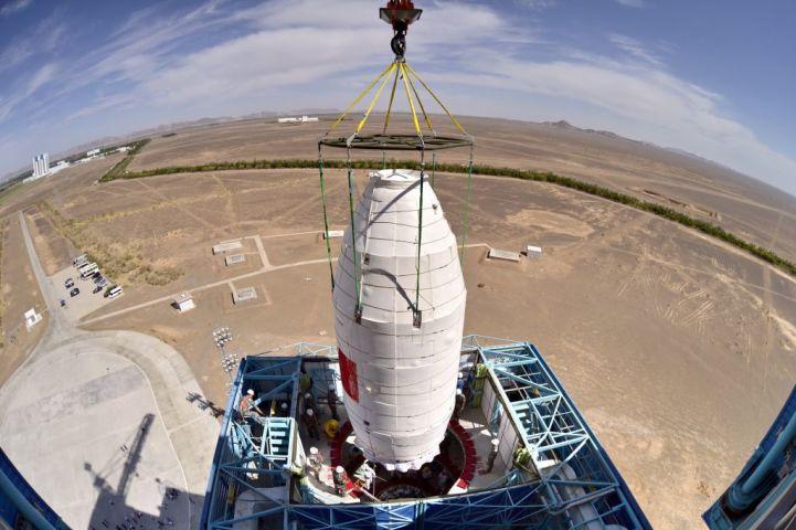 2017年6月15日、「慧眼」と名付けられたハードX線変調望遠鏡(HXMT)が、ロケット「長征4号B」にセットされる様子(STR/AFP/Getty Images)