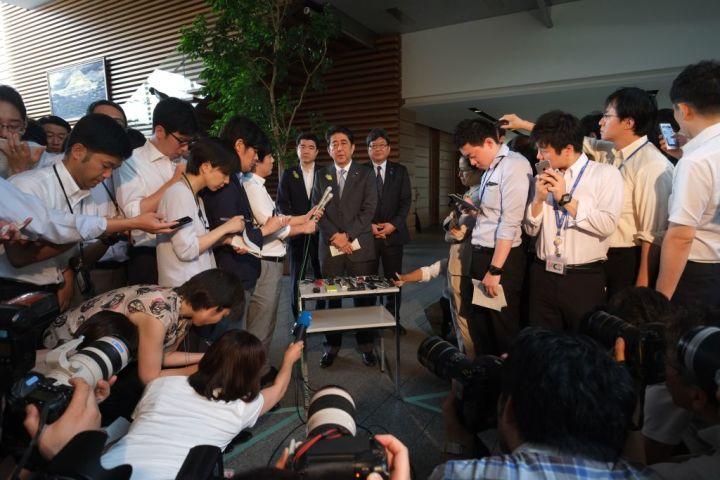 7月4日、安倍首相は首相官邸で、北朝鮮による弾道ミサイル発射について会見を行った(STR/AFP/Getty Images)